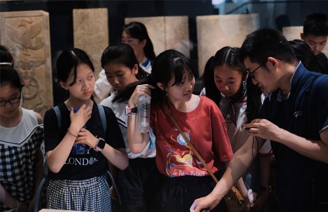 """西安工业大学附属小学的学生们来博物馆里""""过六一""""!"""